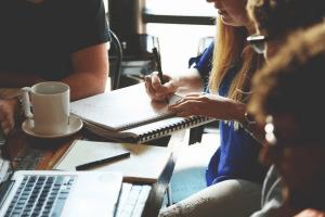 [Opvallend] 'Vooral mannen ergeren zich aan overvloed vergaderingen' #onderzoek